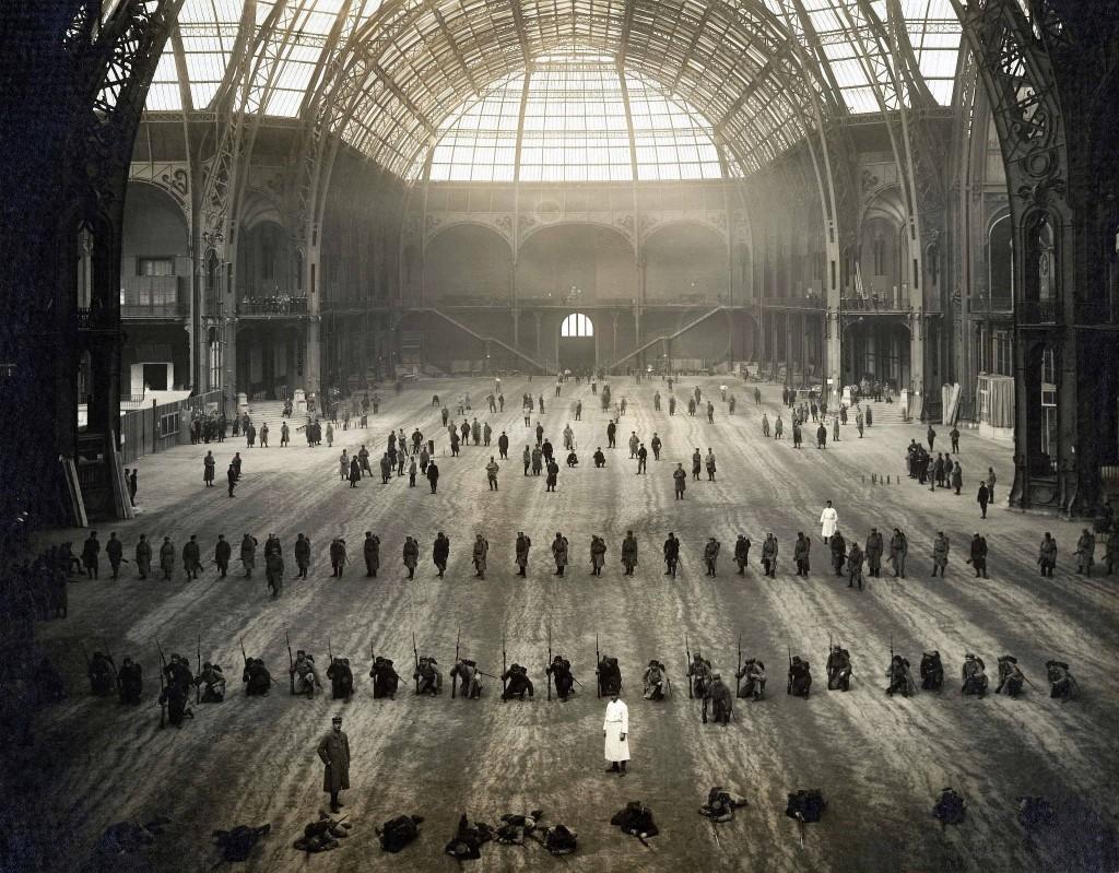soldados-entrenando-en-el-gran-palais-de-paris-al-principio-de-la-primera-guerra-mundial